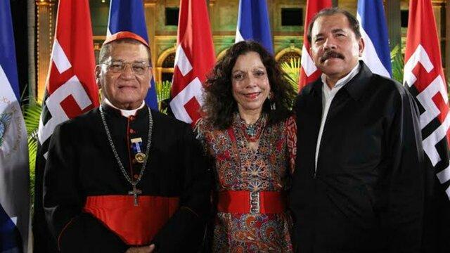 O cardeal Obando y Bravo e o casal presidencial Rosario Murillo et Daniel Ortega