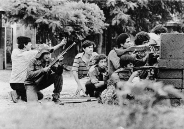 Tropas da Frente Sandinista de Libertação Nacional nas ruas de Manágua, Julho de 1979 / lcr-lagauche.be
