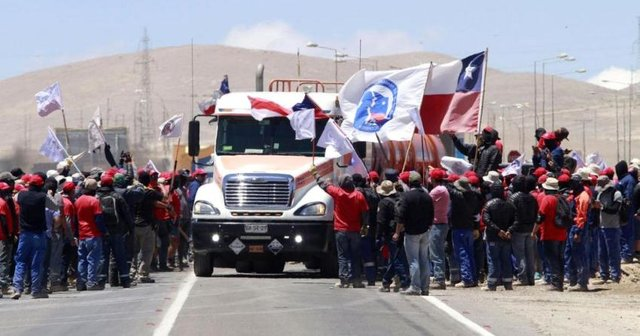Striking workers picket Escondida copper mine. Antofagasta, February 20.